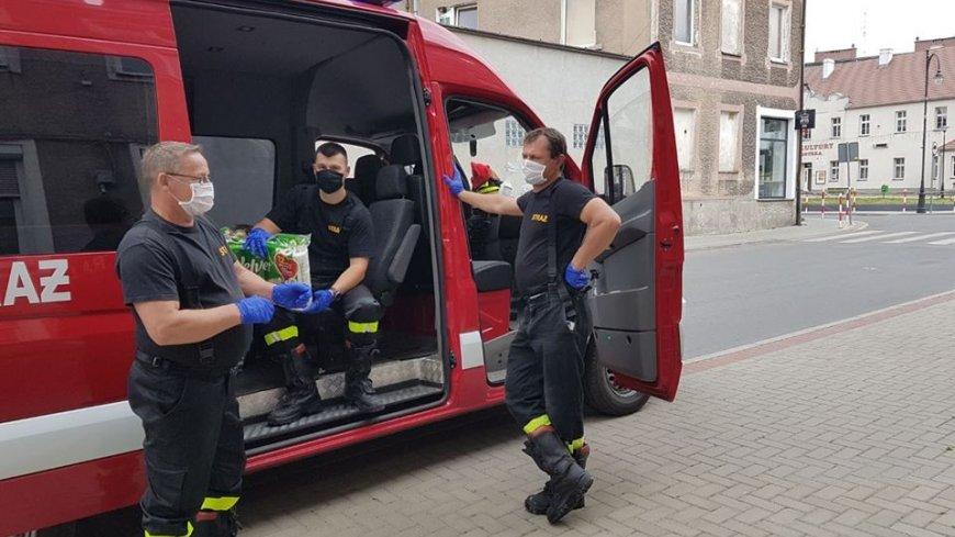 Strażacy rozwozili paczki